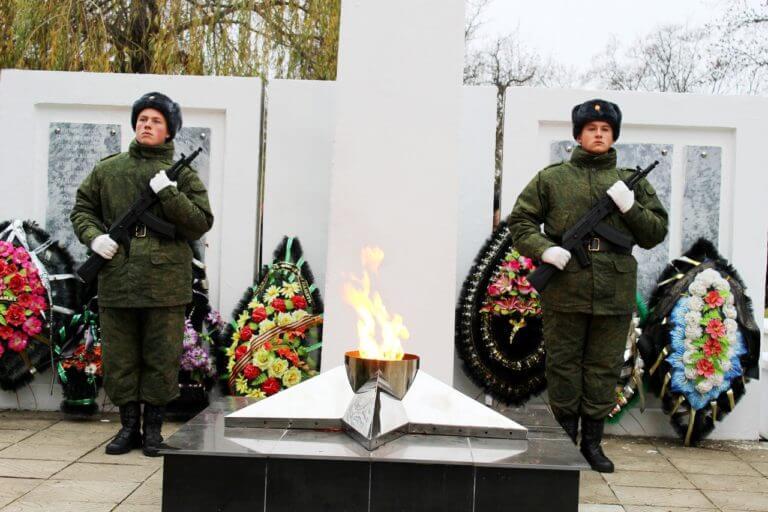 Школьники-на-посту-у-памятника-в-Махошевской-где-похоронены-жертвы-трагедии-на-Михизеевой-Поляны