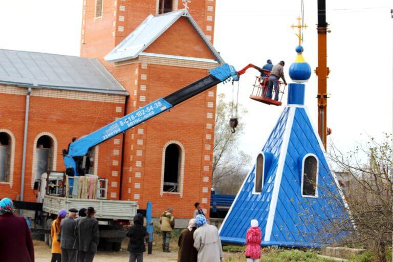 V-gubskom-hrame-idyot-ustanovka-kupola